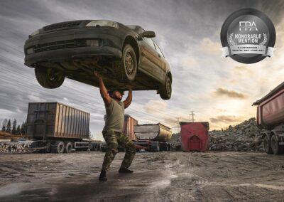 Finnish Photo Awards kunniamaininnalla palkittu kuva, jossa mies nostaa auton ilmaan.