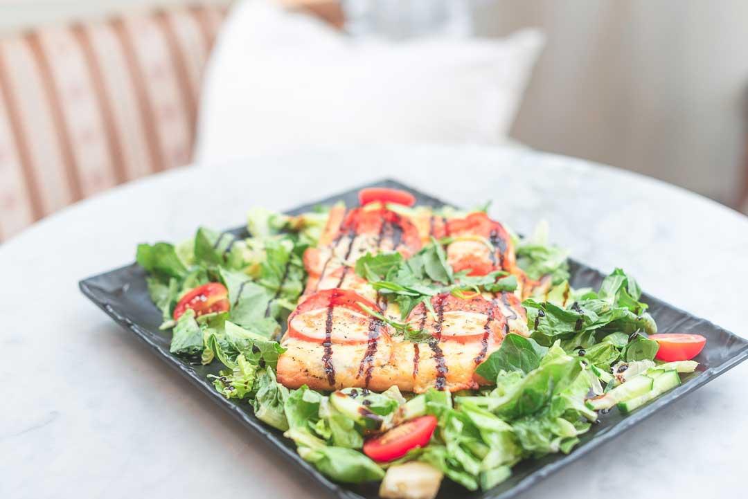 Herkullinen salaattiannos kahvilaympäristössä.