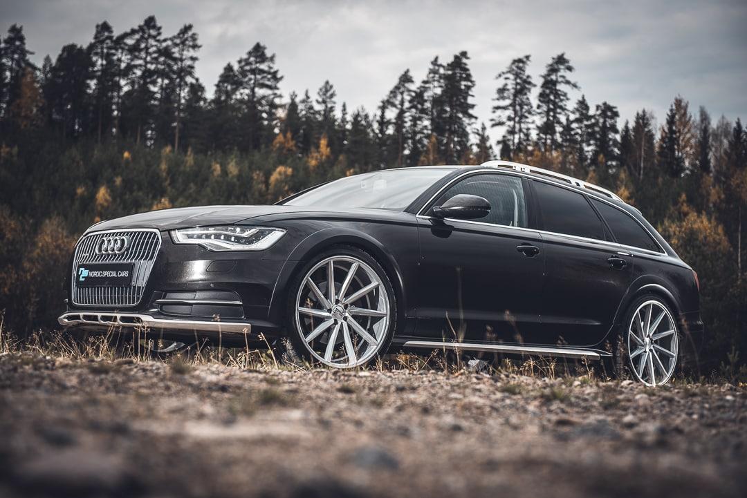 Audi syksyisessä maisemassa.