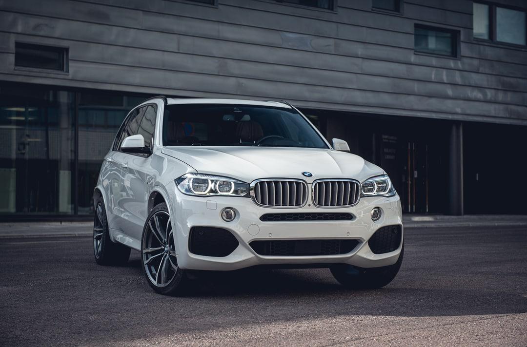 BMW X5, jonka taustalla talo.